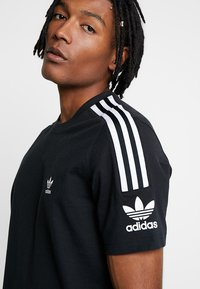 adidas Originals - TECH TEE - T-shirt med print - black - 3