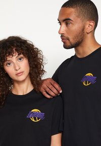 New Era - NBA LOS ANGELES LAKERS NEON TEE - Club wear - black - 4