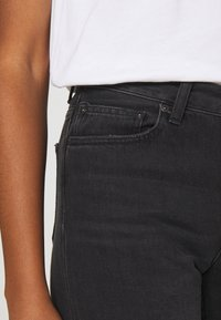 Carhartt WIP - PAGE CARROT ANKLE PANT - Jeans Tapered Fit - black - 4