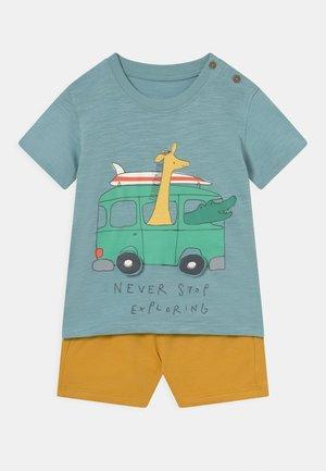BABY GIRAFFE OUTFIT SET - T-shirt print - green/yellow