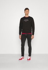 Tommy Hilfiger - STACKED FLAG CREWNECK - Sweatshirt - black - 1