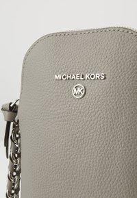 MICHAEL Michael Kors - JET SET CHARM XBODY - Sac bandoulière - pearl grey - 3