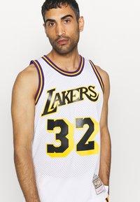 Mitchell & Ness - NBA LOS ANGELES LAKERS RELOAD SWINGMAN MAGIC JOHNSON - Club wear - white - 3