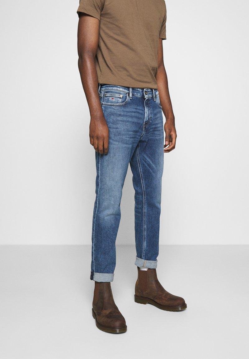 Tommy Jeans - RYAN STRAIGHT - Straight leg -farkut - barton mid blue comfort