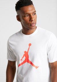 Jordan - JUMPMAN CREW - Print T-shirt - white/infrared - 4