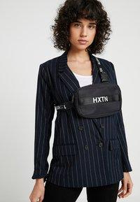 HXTN Supply - PRIME - Taška spříčným popruhem - black - 5