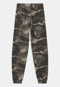 New Look 915 Generation - CAMO CUFFED - Tracksuit bottoms - green - 1