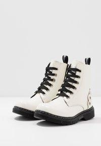 Laura Biagiotti - Šněrovací kotníkové boty - white - 3