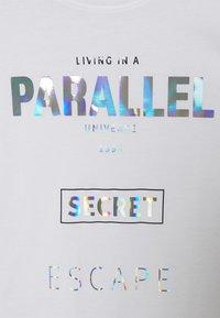 ONLY Petite - ONLFIONA LIFE OVERSIZE BOX TOP - Print T-shirt - bright white/parallel - 2