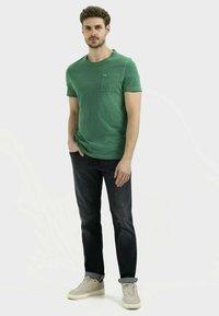 camel active - MIT BRUSTTASCHE AUS ORGANIC COTTON - Basic T-shirt - jungle green - 1