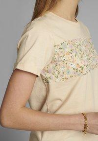 Nümph - Print T-shirt - brazillian sand - 3