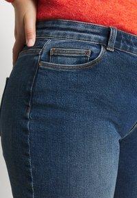 Pieces Curve - PCKAMELIA  - Flared Jeans - medium blue denim - 3