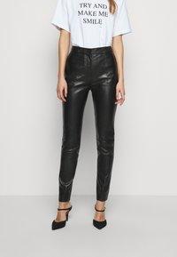 Victoria Victoria Beckham - DRAINPIPE TROUSER - Pantalon en cuir - black - 0