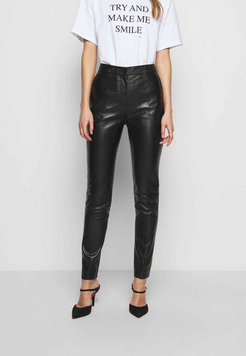 Victoria Victoria Beckham - DRAINPIPE TROUSER - Pantalon en cuir - black