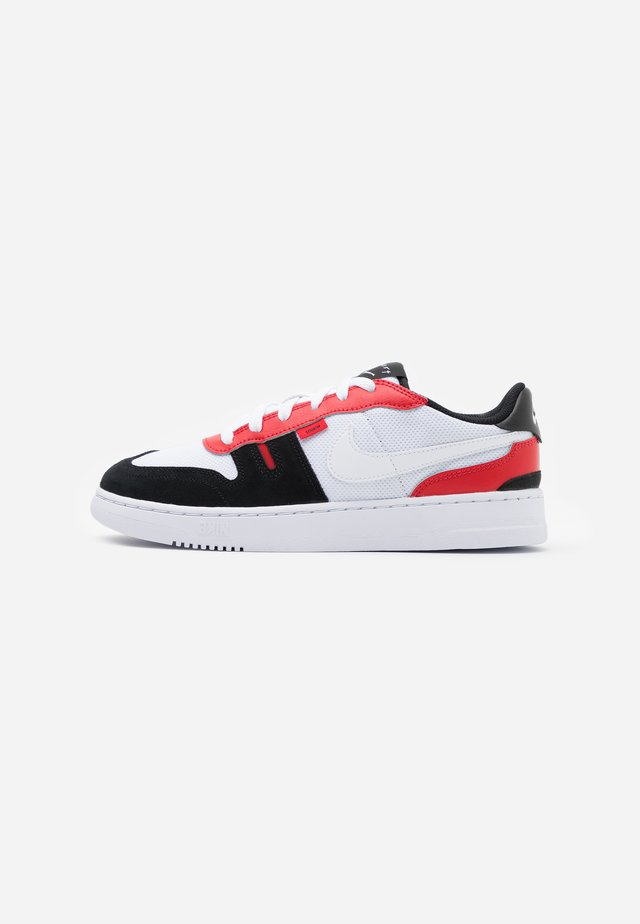 SQUASH-TYPE UNISEX - Sneakers basse - white/black/university red