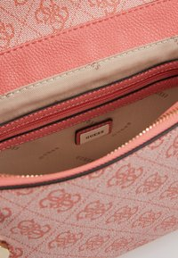 Guess - CANDACE TOP HANDLE FLAP - Bolso de mano - coral - 4