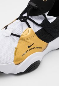 Nike Performance - SUPERREP GROOVE - Zapatillas de entrenamiento - white/black/metallic gold coin/black - 5