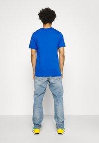 Nike Sportswear - COURT TEE - T-shirt med print - game royal - 2