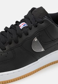 Nike Sportswear - AIR FORCE 1 '07 LV8 UNISEX - Baskets basses - black/wolf grey/dark grey/university red/rush blue - 5