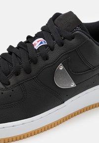 Nike Sportswear - AIR FORCE 1 '07 LV8 UNISEX - Sneakers laag - black/wolf grey/dark grey/university red/rush blue - 5