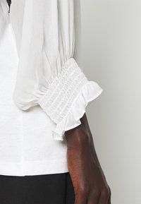 TWINSET - BLUSA CON PIZZI - T-shirt con stampa - bianco ottico/nero - 5