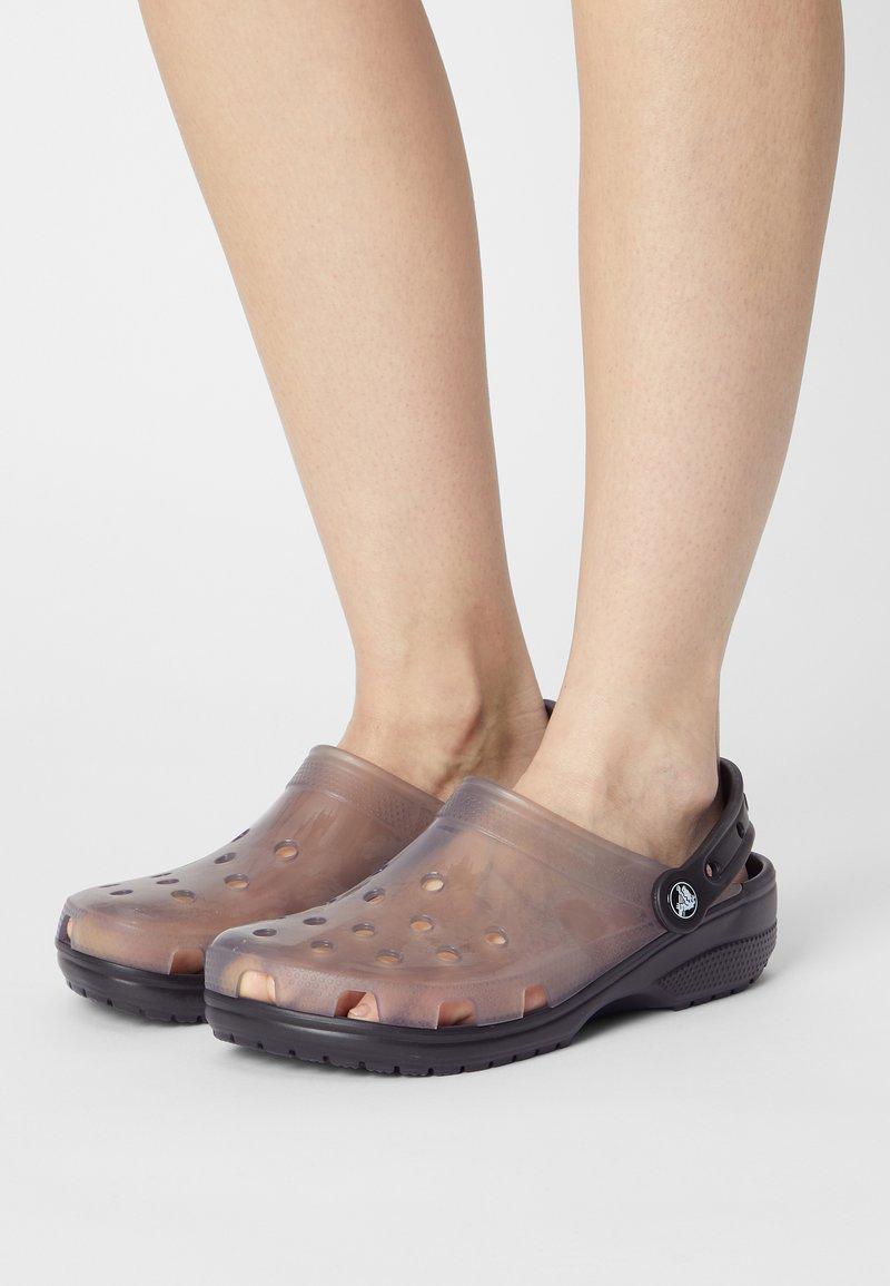 Crocs - CLASSIC TRANSLUCENT - Klapki - black