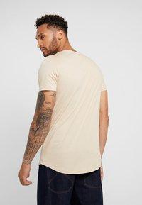 Lee - SHAPED TEE - T-shirt imprimé - dust beige - 2