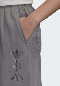adidas Originals - LARGE LOGO TRACKSUIT BOTTOMS - Spodnie treningowe - grey - 4