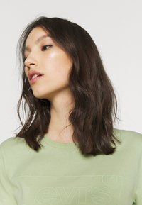 Levi's® - THE PERFECT TEE BATWING OUTLINE BOK CHOY - T-shirt med print - greens - 3