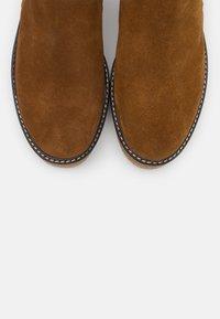 Shepherd - NICKI OUTDOOR  - Kotníkové boty na platformě - camel - 5
