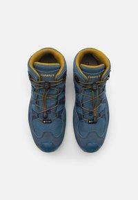 Lowa - ROBIN GTX QC UNISEX - Hiking shoes - stahlblau/senf - 3