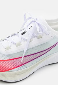 Nike Performance - ZOOM FLY 3 - Neutral running shoes - white/flash crimson/spruce aura - 5