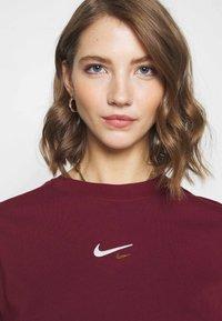 Nike Sportswear - T-Shirt print - dark beetroot - 5