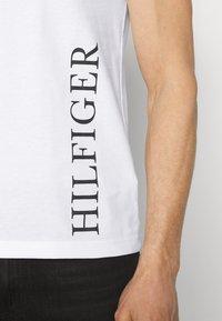 Tommy Hilfiger - SMALL LOGO TEE - Print T-shirt - white - 6