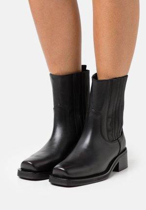 YASBIKRA BOOTS - Korte laarzen - black