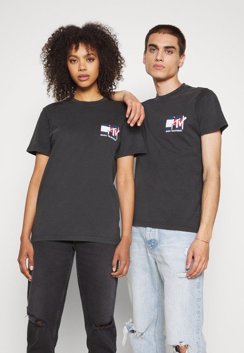 Tommy Jeans - ABO TJU X MTV TEE UNISEX - T-Shirt print - blackout