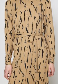 Vero Moda - VMELITA  - Shirt dress - tigers eye/black