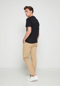 Calvin Klein - SUMMER CENTER LOGO - T-shirt med print - black - 2