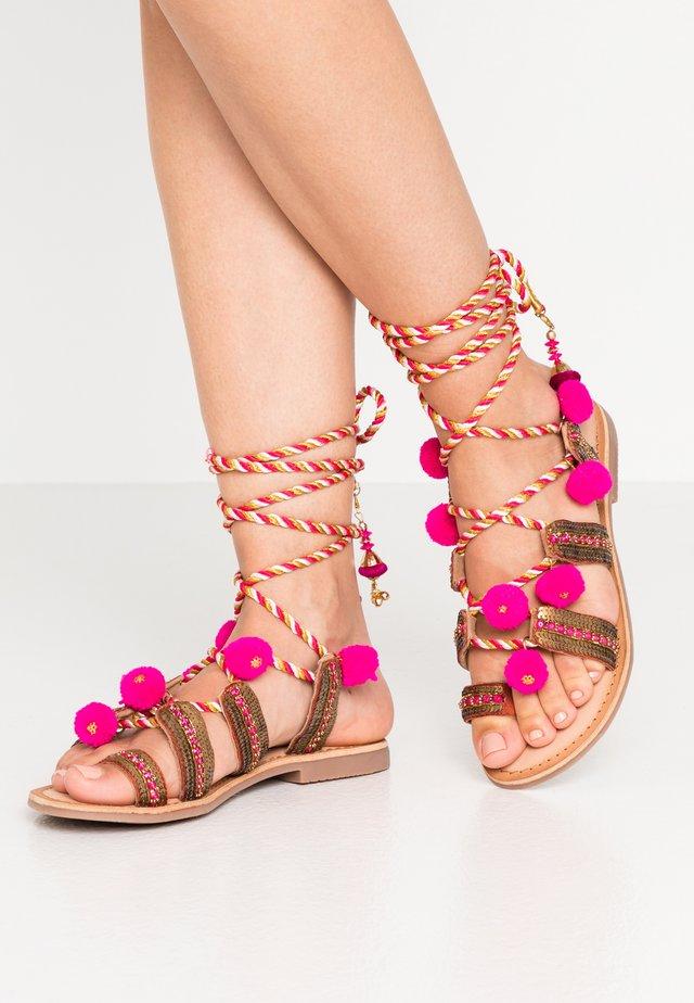 YURAK - Sandály s odděleným palcem - fuxia
