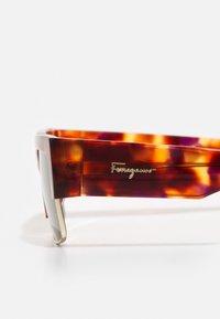 Salvatore Ferragamo - UNISEX - Sluneční brýle - dark brown/gold-coloured - 5