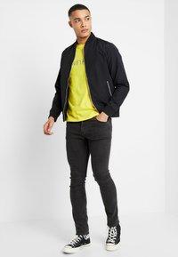 Calvin Klein - FRONT LOGO - Camiseta estampada - yellow - 1