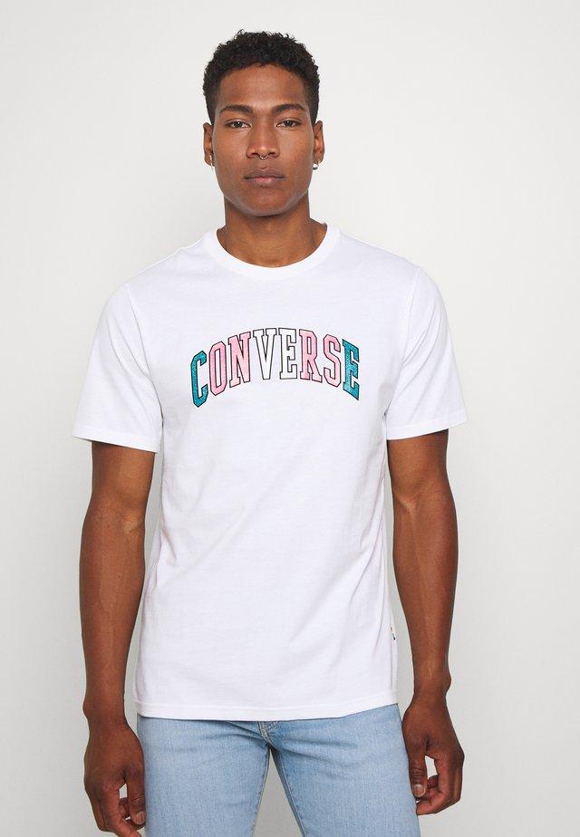 GLITTER PRIDE TEE - Print T-shirt - white