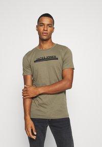 Jack & Jones - JORHARRY  TEE CREW NECK 3 PACK - T-shirt print - white/khaki/blue - 4