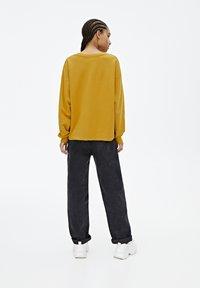 PULL&BEAR - BASIC-SWEATSHIRT MIT FARBLICH ABGESETZTEM SLOGAN 05596300 - Bluza - yellow - 2