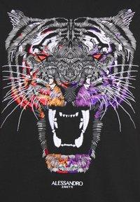 Alessandro Zavetti - GROWLER DUAL TEE - Print T-shirt - jet black black/orange/pink - 4