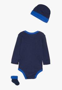 Nike Sportswear - FUTURA LOGO LONG SLEEVE HAT BOOTIE BABY SET - Čepice - midnight navy - 1