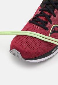 Saucony - GUIDE 14 - Stabilní běžecké boty - mulberry/lime - 5