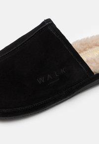 Walk London - LANGLEY - Pantofole - black/beige - 5