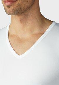 mey - T-SHIRT V-NECK SERIE DRY COTTON - Undershirt - white - 3