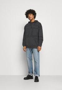 Levi's® - BANDANA POP OVER HOODIE UNISEX - Sweatshirt - blacks - 1